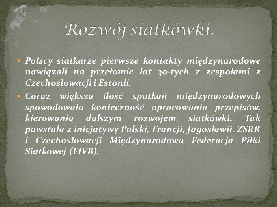 Polscy siatkarze pierwsze kontakty międzynarodowe nawiązali na przełomie lat 30-tych z zespołami z Czechosłowacji i Estonii. Coraz większa ilość spotk