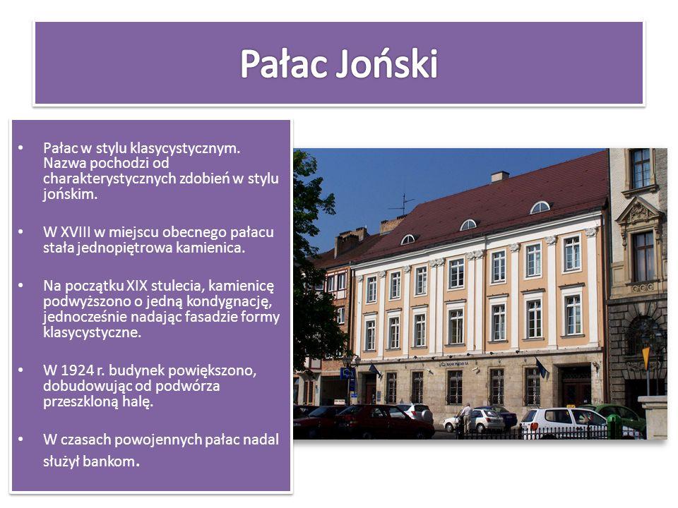 Pałac w stylu klasycystycznym. Nazwa pochodzi od charakterystycznych zdobień w stylu jońskim. W XVIII w miejscu obecnego pałacu stała jednopiętrowa ka