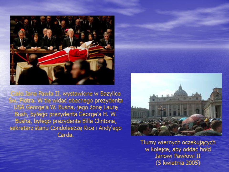 Tłumy wiernych oczekujących w kolejce, aby oddać hołd Janowi Pawłowi II (5 kwietnia 2005) Ciało Jana Pawła II, wystawione w Bazylice Św. Piotra. W tle