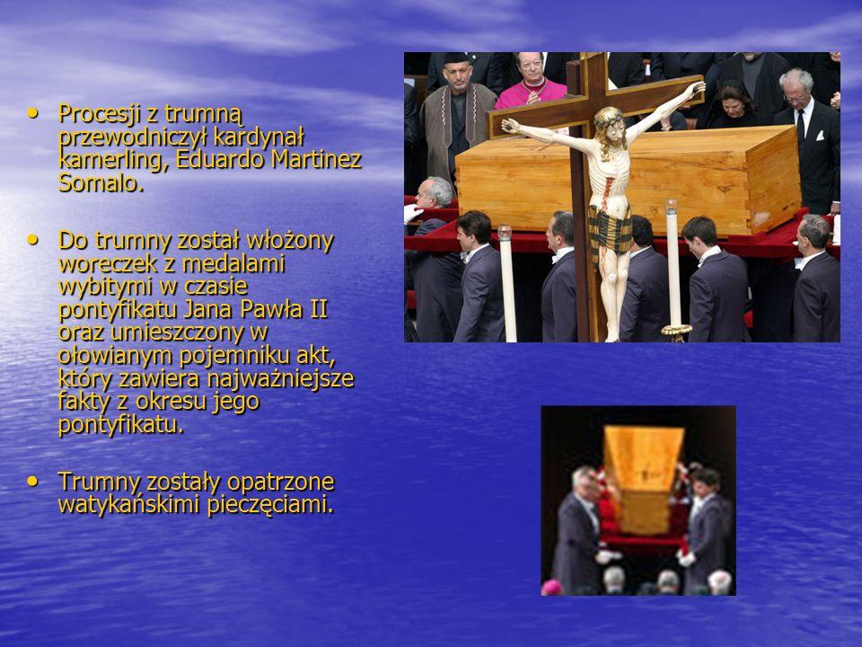 Procesji z trumną przewodniczył kardynał kamerling, Eduardo Martinez Somalo. Procesji z trumną przewodniczył kardynał kamerling, Eduardo Martinez Soma