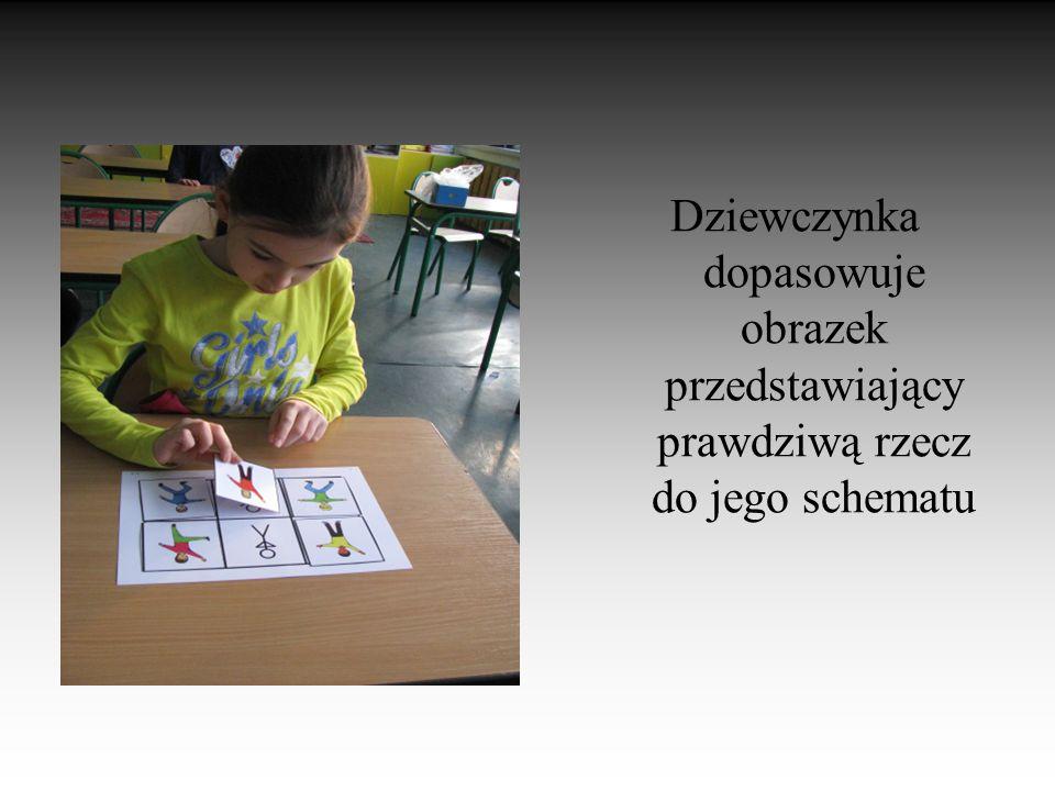 Dziewczynka dopasowuje obrazek przedstawiający prawdziwą rzecz do jego schematu