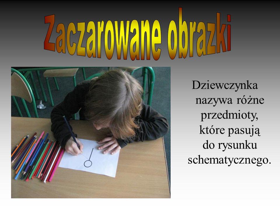 Dziewczynka nazywa różne przedmioty, które pasują do rysunku schematycznego.