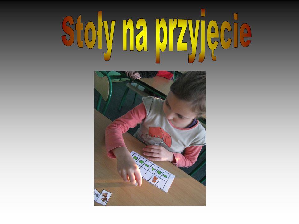 Dziewczynka potrafi dostosować kształty geometryczne jako symbole.