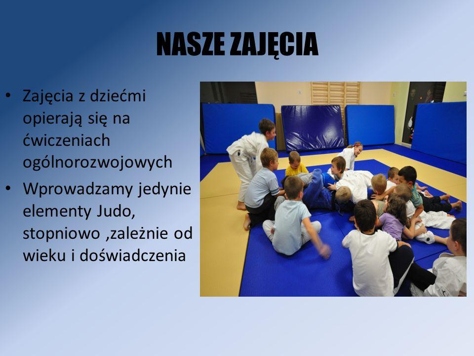 NASZE ZAJĘCIA Większość ćwiczeń prowadzona jest w formie zabawy Znaczna część treningów zawiera elementy gimnastyki oraz akrobatyki