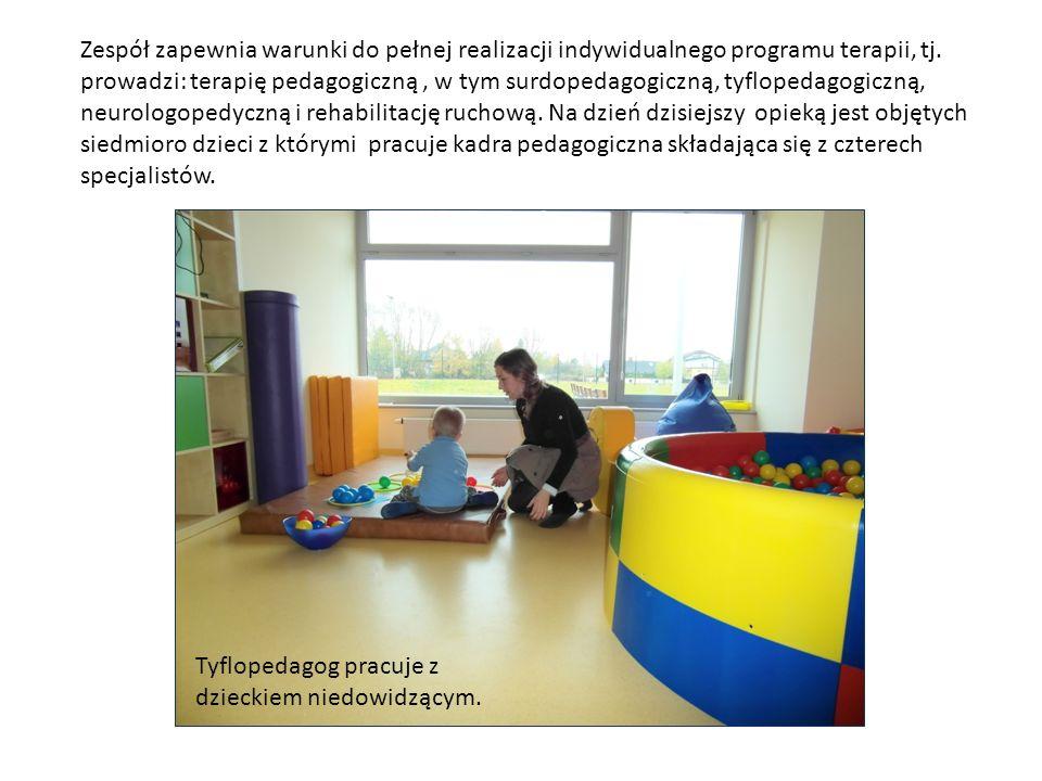 Zespół zapewnia warunki do pełnej realizacji indywidualnego programu terapii, tj. prowadzi: terapię pedagogiczną, w tym surdopedagogiczną, tyflopedago