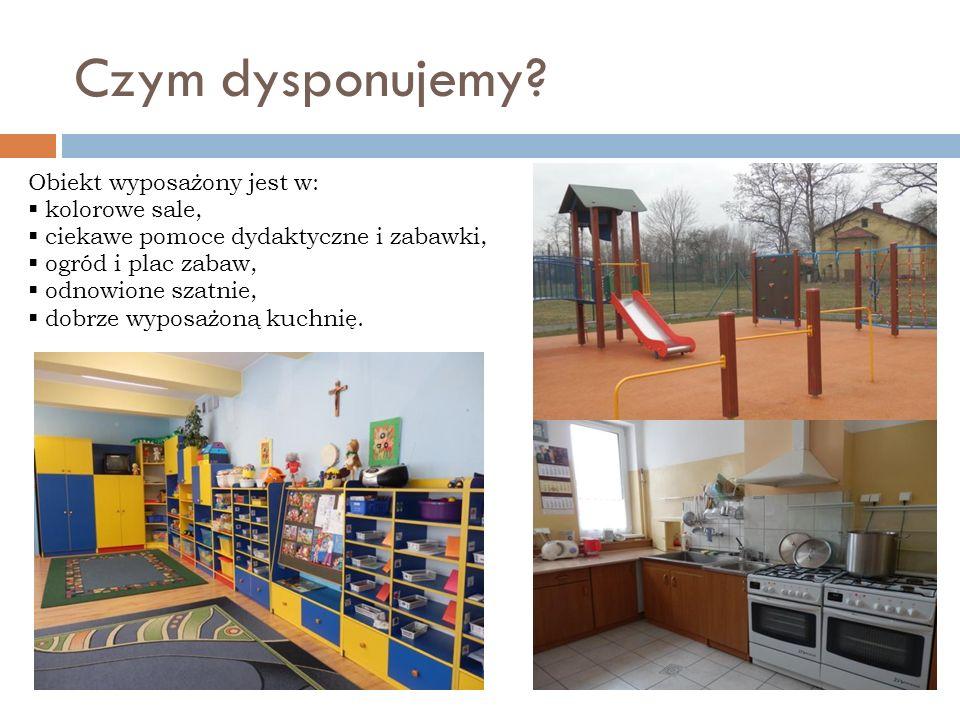 Czym dysponujemy? Obiekt wyposażony jest w: kolorowe sale, ciekawe pomoce dydaktyczne i zabawki, ogród i plac zabaw, odnowione szatnie, dobrze wyposaż