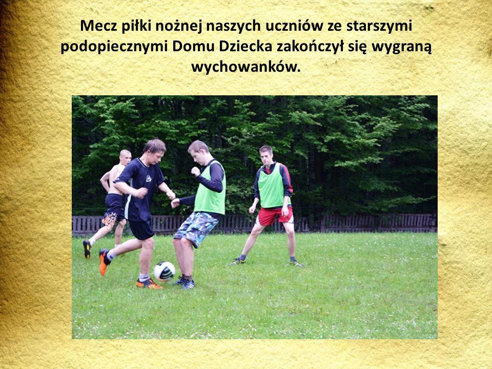 Mecz piłki nożnej naszych uczniów ze starszymi podopiecznymi Domu Dziecka zakończył się wygraną wychowanków.