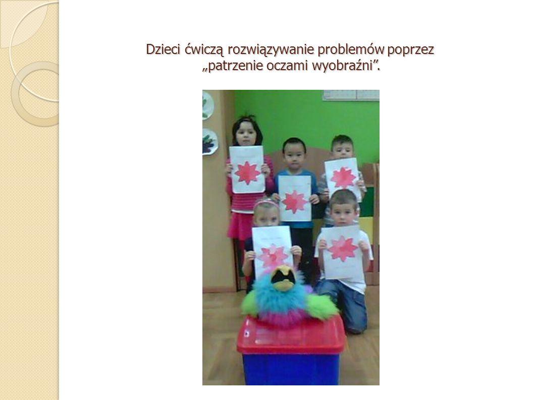 Dzieci ćwiczą rozwiązywanie problemów poprzez patrzenie oczami wyobraźni.