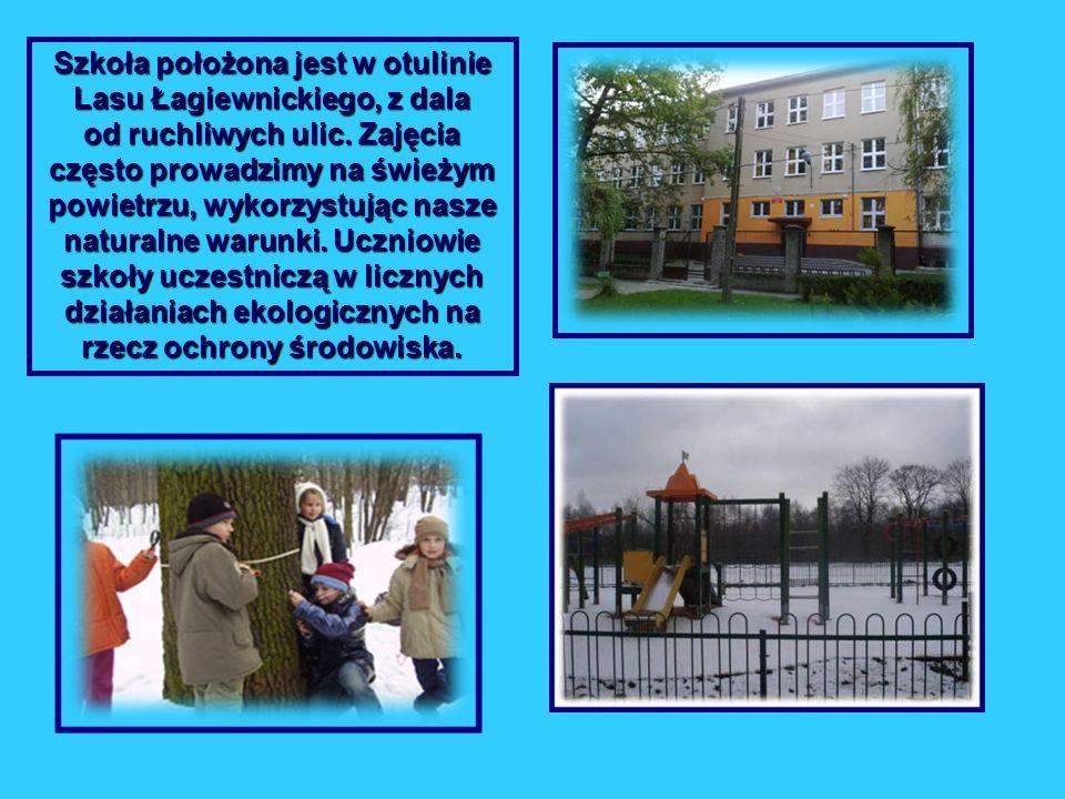 Szkoła położona jest w otulinie Lasu Łagiewnickiego, z dala od ruchliwych ulic. Zajęcia często prowadzimy na świeżym powietrzu, wykorzystując nasze na