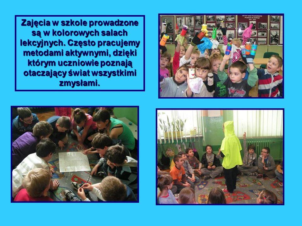 Zajęcia w szkole prowadzone są w kolorowych salach lekcyjnych. Często pracujemy metodami aktywnymi, dzięki którym uczniowie poznają otaczający świat w