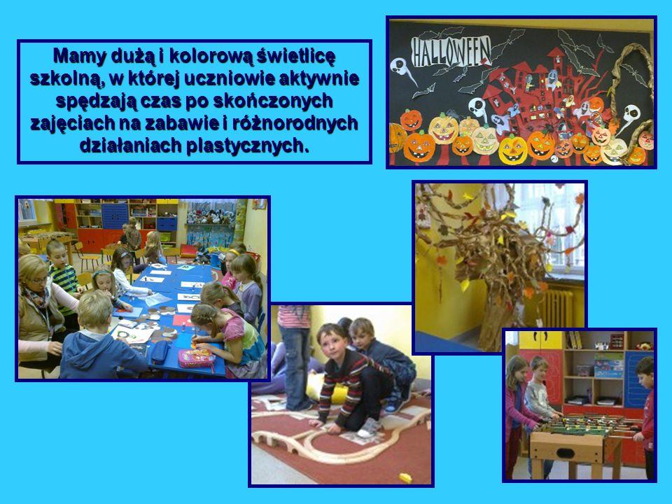 Mamy dużą i kolorową świetlicę szkolną, w której uczniowie aktywnie spędzają czas po skończonych zajęciach na zabawie i różnorodnych działaniach plast