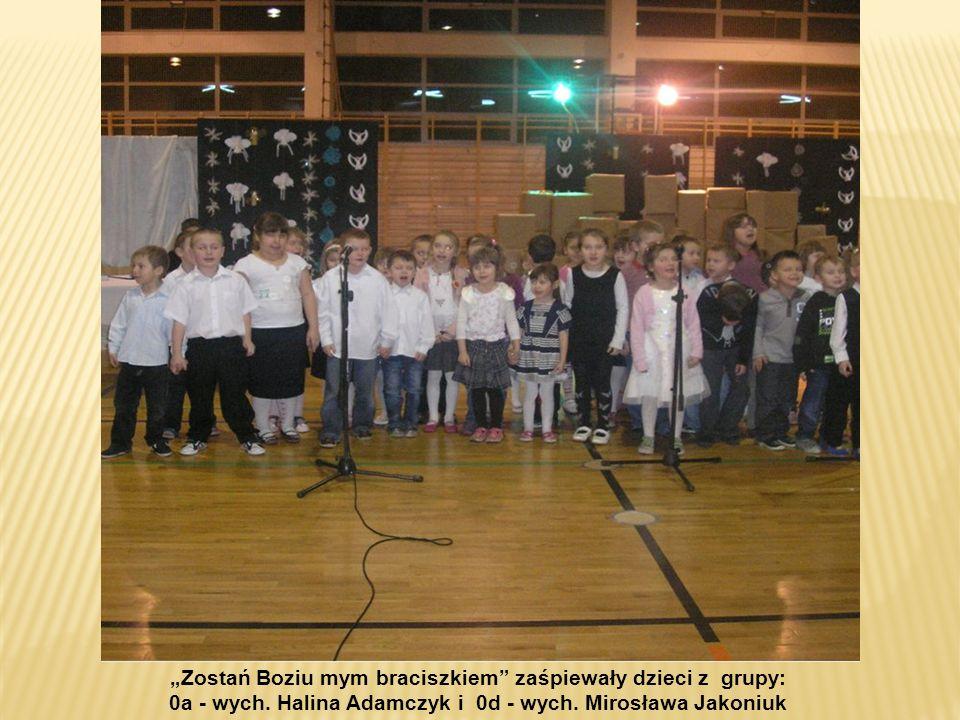 Zostań Boziu mym braciszkiem zaśpiewały dzieci z grupy: 0a - wych. Halina Adamczyk i 0d - wych. Mirosława Jakoniuk