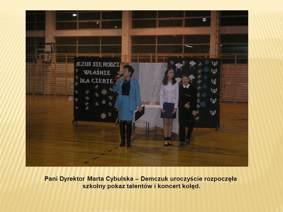 Pani Dyrektor Marta Cybulska – Demczuk uroczyście rozpoczęła szkolny pokaz talentów i koncert kolęd.