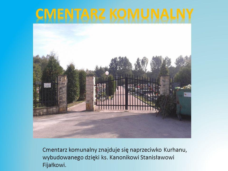 Cmentarz komunalny znajduje się naprzeciwko Kurhanu, wybudowanego dzięki ks.