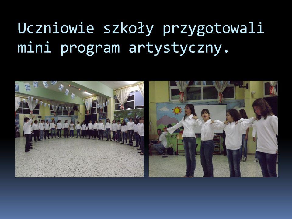 Uczniowie szkoły przygotowali mini program artystyczny.