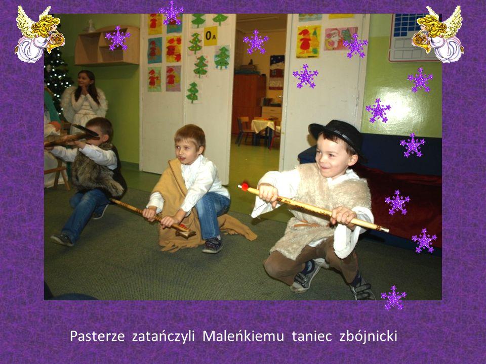 Klasa 0 A Zaproszeni goście z wielką przyjemnością i dumą oglądali przygotowane przez małych artystów Jasełka i wspólnie z nimi śpiewali kolędy.