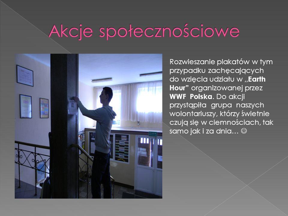 Rozwieszanie plakatów w tym przypadku zachęcających do wzięcia udziału w,, Earth Hour organizowanej przez WWF Polska.