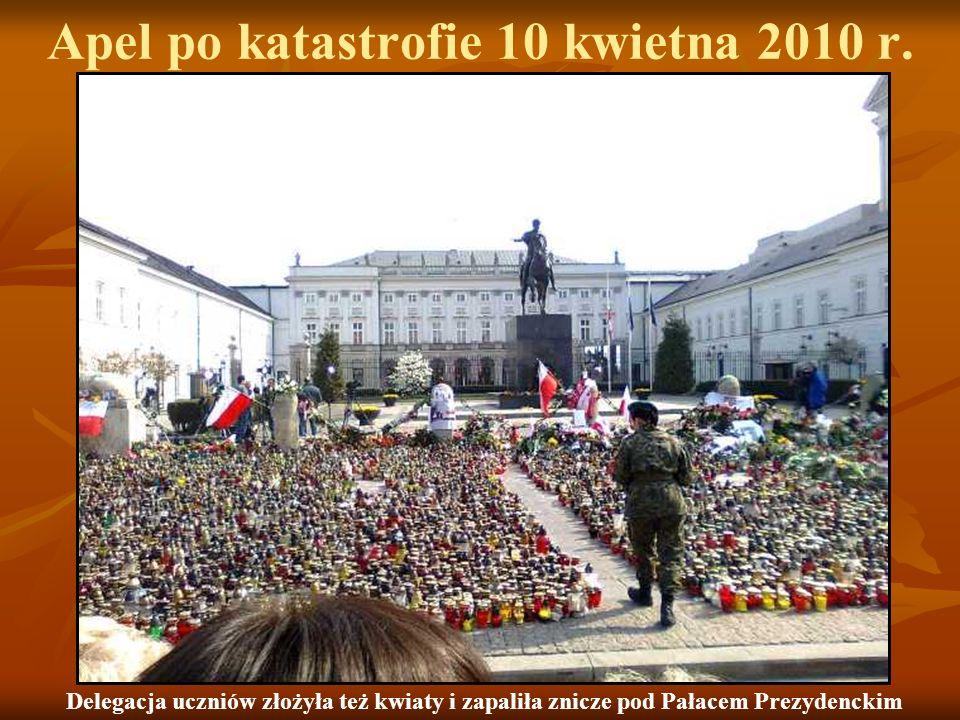 Apel po katastrofie 10 kwietna 2010 r. Delegacja uczniów złożyła też kwiaty i zapaliła znicze pod Pałacem Prezydenckim
