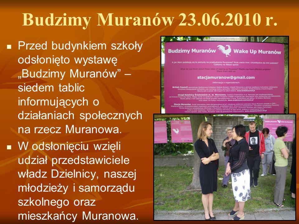 Budzimy Muranów 23.06.2010 r. Przed budynkiem szkoły odsłonięto wystawę Budzimy Muranów – siedem tablic informujących o działaniach społecznych na rze