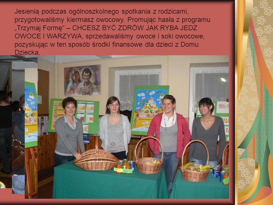 Jesienią podczas ogólnoszkolnego spotkania z rodzicami, przygotowaliśmy kiermasz owocowy.