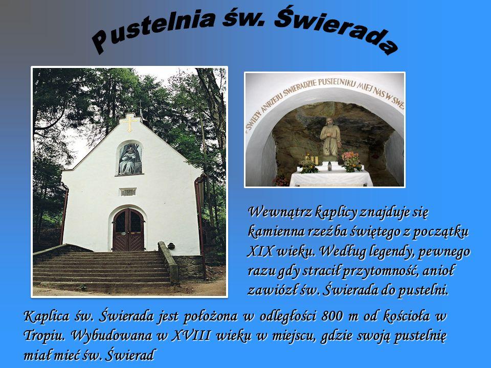 Wewnątrz kaplicy znajduje się kamienna rzeźba świętego z początku XIX wieku.