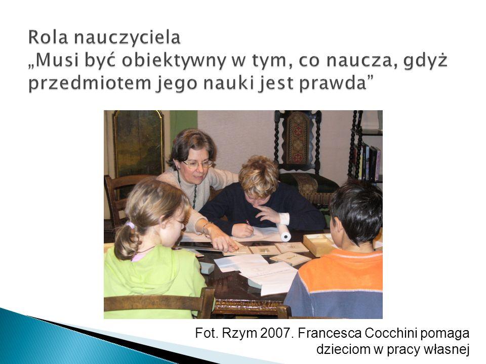 Fot. Rzym 2007. Francesca Cocchini pomaga dzieciom w pracy własnej