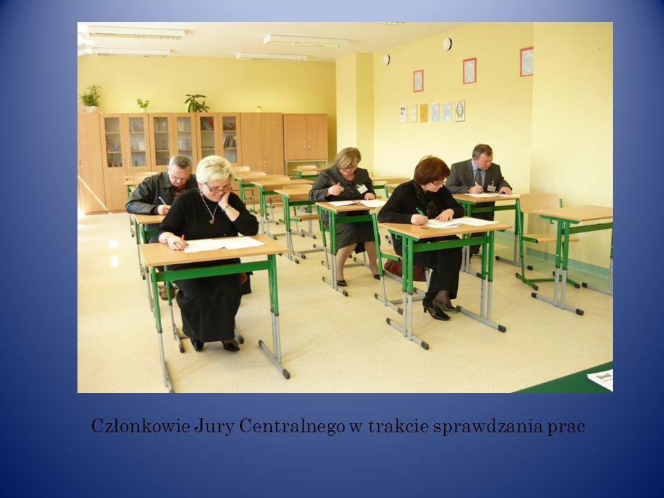 Członkowie Jury Centralnego w trakcie sprawdzania prac