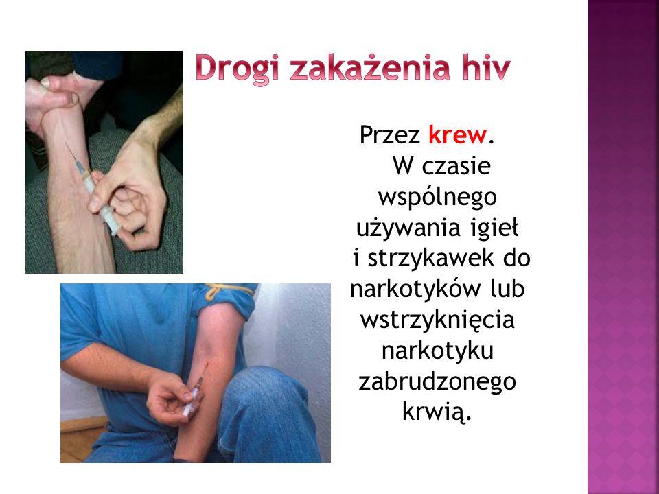 Przez krew. W czasie wspólnego używania igieł i strzykawek do narkotyków lub wstrzyknięcia narkotyku zabrudzonego krwią.