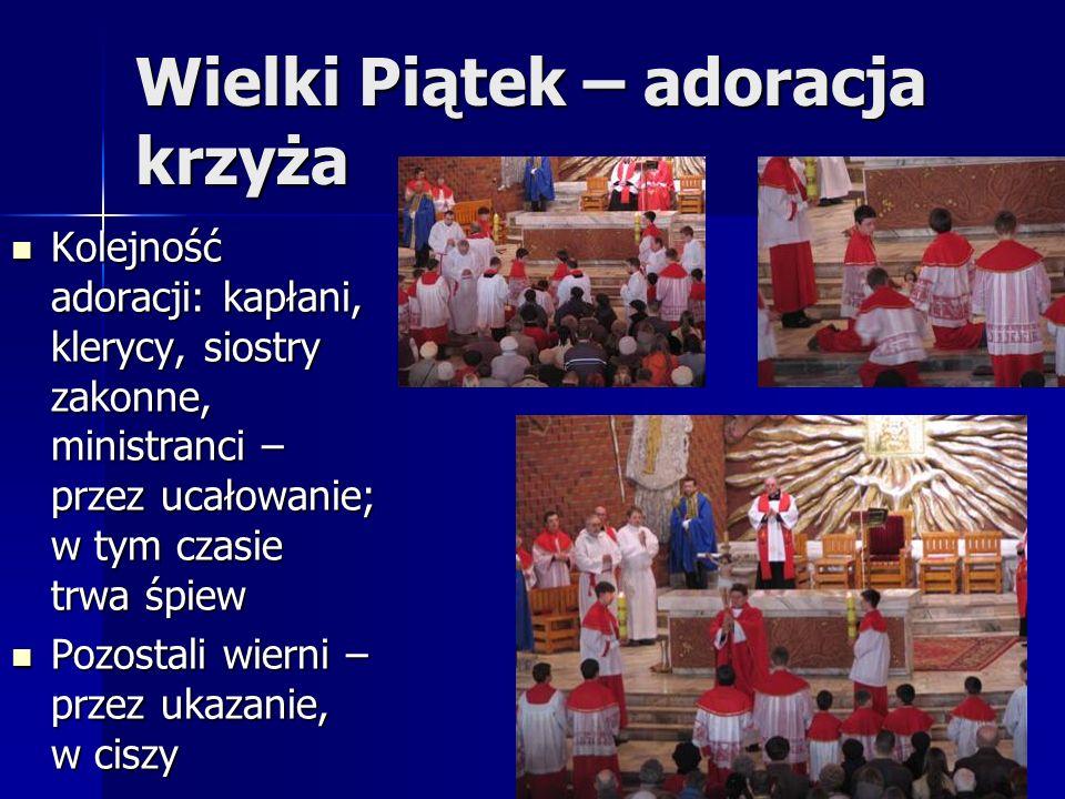 Wielki Piątek – adoracja krzyża Kolejność adoracji: kapłani, klerycy, siostry zakonne, ministranci – przez ucałowanie; w tym czasie trwa śpiew Kolejność adoracji: kapłani, klerycy, siostry zakonne, ministranci – przez ucałowanie; w tym czasie trwa śpiew Pozostali wierni – przez ukazanie, w ciszy Pozostali wierni – przez ukazanie, w ciszy