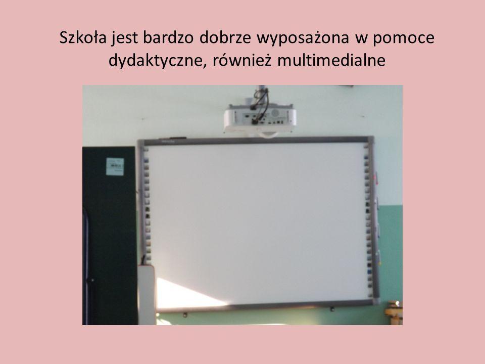 Szkoła jest bardzo dobrze wyposażona w pomoce dydaktyczne, również multimedialne