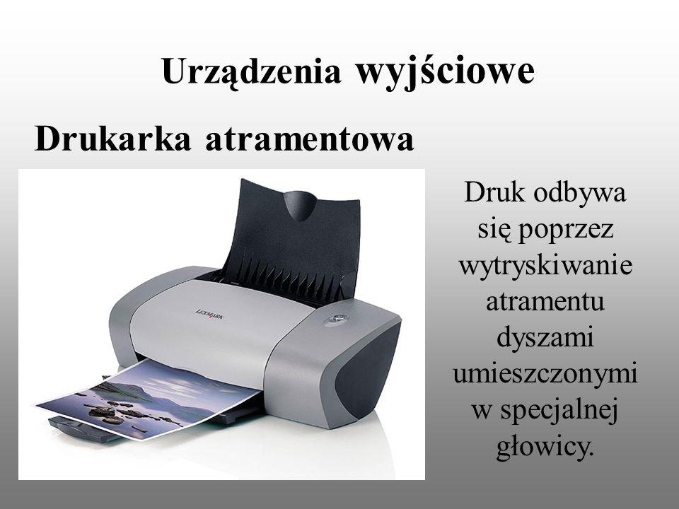 Urządzenia wyjściowe Drukarka atramentowa Druk odbywa się poprzez wytryskiwanie atramentu dyszami umieszczonymi w specjalnej głowicy.