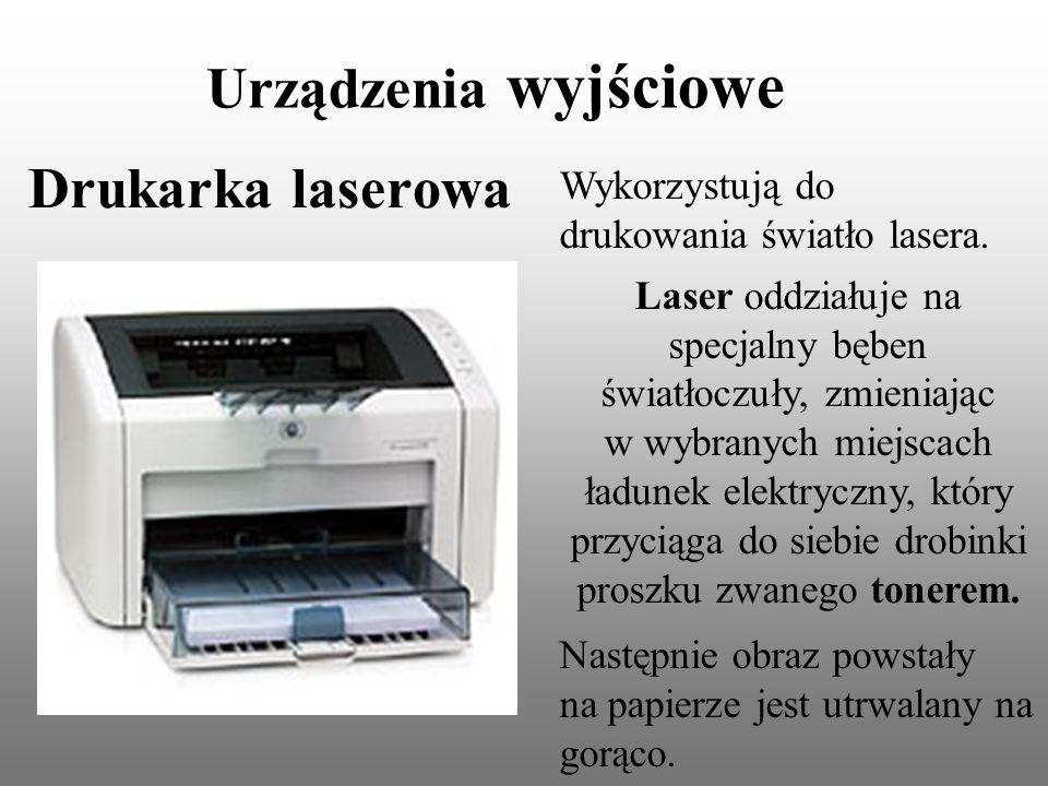 Urządzenia wyjściowe Drukarka laserowa Wykorzystują do drukowania światło lasera. Laser oddziałuje na specjalny bęben światłoczuły, zmieniając w wybra