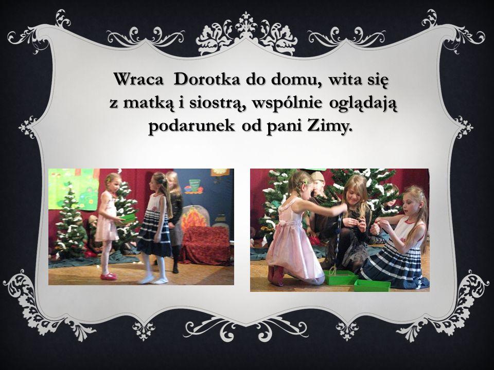 Wraca Dorotka do domu, wita się z matką i siostrą, wspólnie oglądają podarunek od pani Zimy.