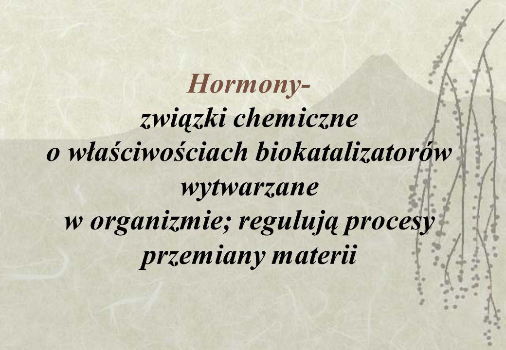 Rozróżniamy 2 rodzaje hormonów: Hormony właściwe-gruczołowe- wytwarzane przez specjalne gruczoły i wydzielane z nich bezpośrednio do krwi (gruczoły wydzielania wewnętrznego) Hormony tkankowe (autakoidy) –wytwarzane w różnych tkankach i komórkach, działające zarówno miejscowo (w miejscu powstania), jak i ogólnie (po wchłonięciu do krwi)