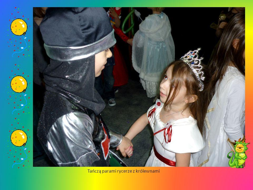 A arabka i aniołek zanim zaczną tańczyć w kole– uważnie się przyglądają co z rękami robić mają