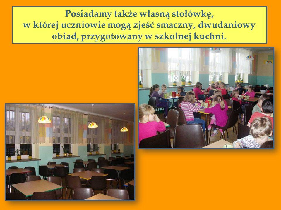 Posiadamy także własną stołówkę, w której uczniowie mogą zjeść smaczny, dwudaniowy obiad, przygotowany w szkolnej kuchni.