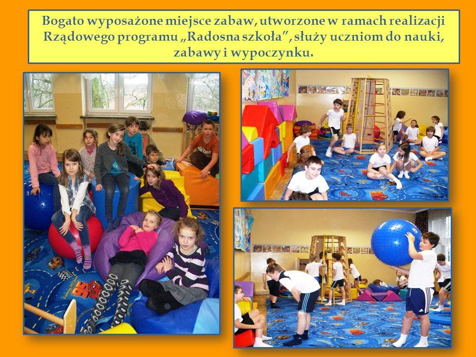 Bogato wyposażone miejsce zabaw, utworzone w ramach realizacji Rządowego programu Radosna szkoła, służy uczniom do nauki, zabawy i wypoczynku.