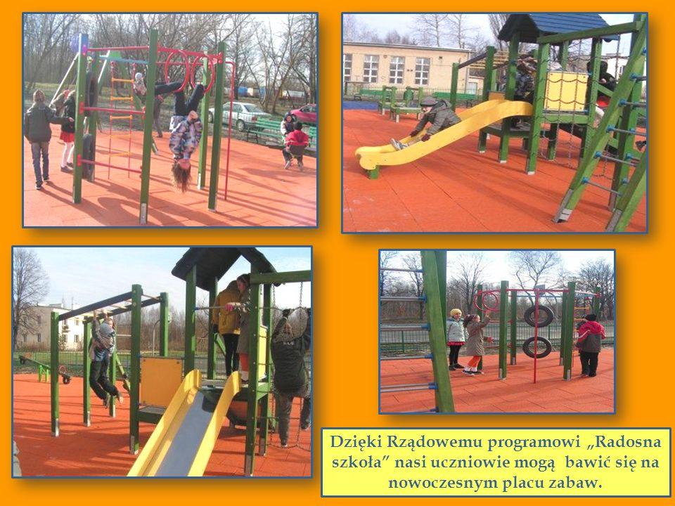 Dzięki Rządowemu programowi Radosna szkoła nasi uczniowie mogą bawić się na nowoczesnym placu zabaw.