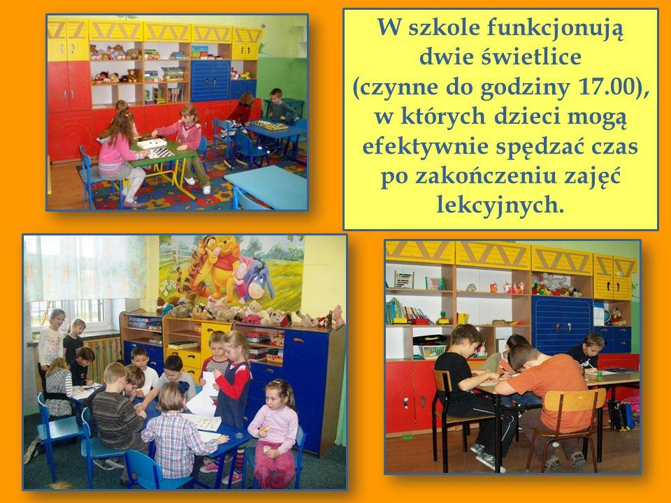 W szkole funkcjonują dwie świetlice (czynne do godziny 17.00), w których dzieci mogą efektywnie spędzać czas po zakończeniu zajęć lekcyjnych.