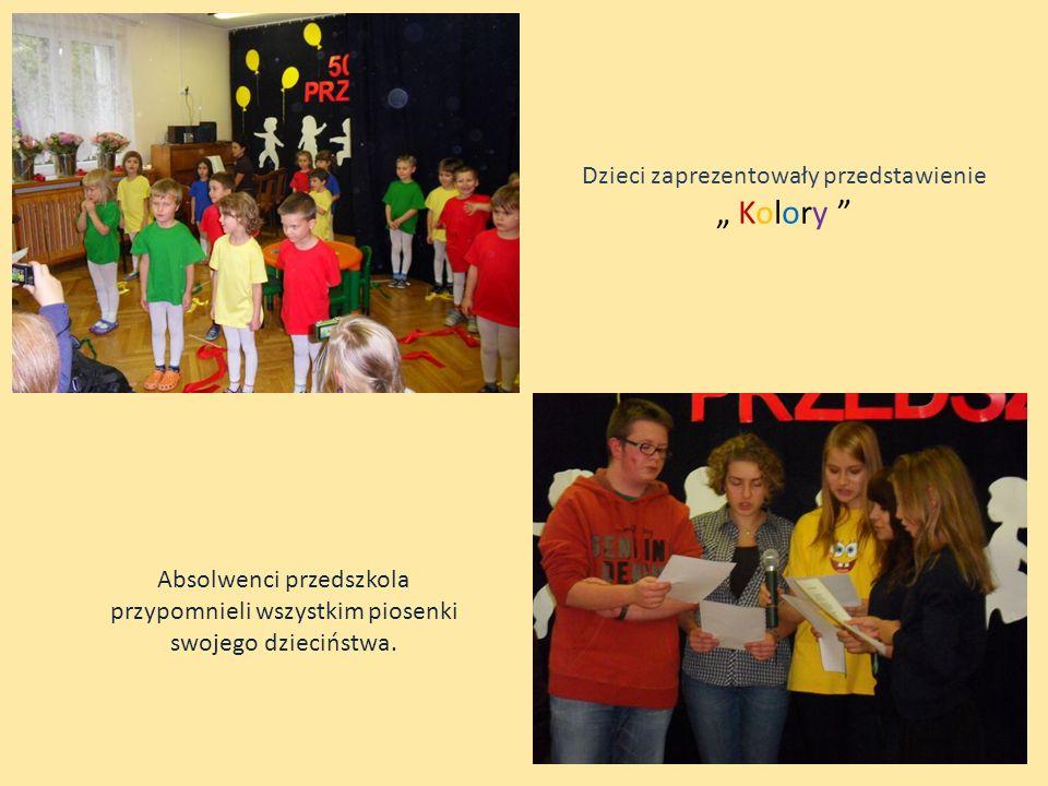 Dzieci zaprezentowały przedstawienie Kolory Absolwenci przedszkola przypomnieli wszystkim piosenki swojego dzieciństwa.