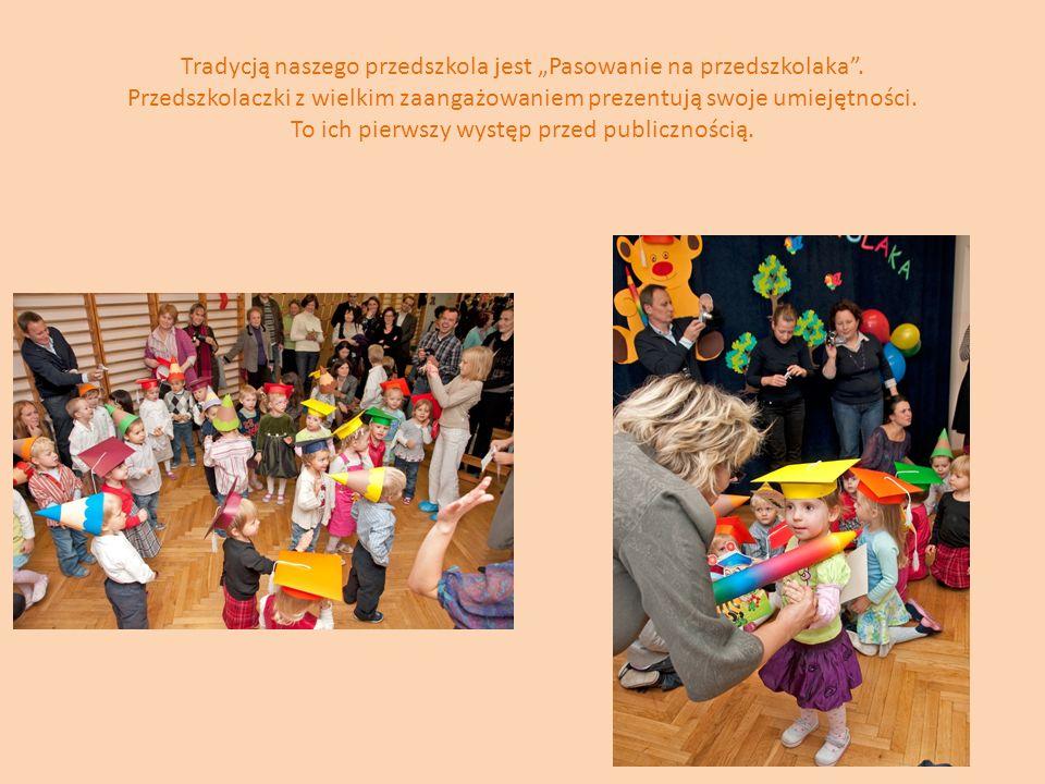 Tradycją naszego przedszkola jest Pasowanie na przedszkolaka. Przedszkolaczki z wielkim zaangażowaniem prezentują swoje umiejętności. To ich pierwszy
