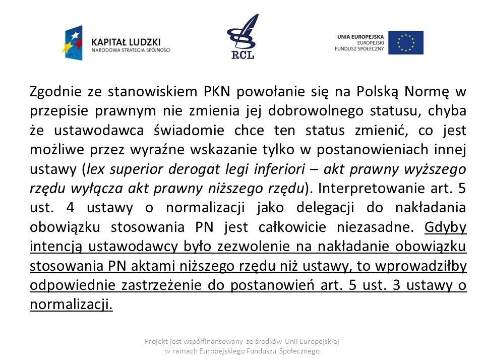 Zgodnie ze stanowiskiem PKN powołanie się na Polską Normę w przepisie prawnym nie zmienia jej dobrowolnego statusu, chyba że ustawodawca świadomie chce ten status zmienić, co jest możliwe przez wyraźne wskazanie tylko w postanowieniach innej ustawy (lex superior derogat legi inferiori – akt prawny wyższego rzędu wyłącza akt prawny niższego rzędu).