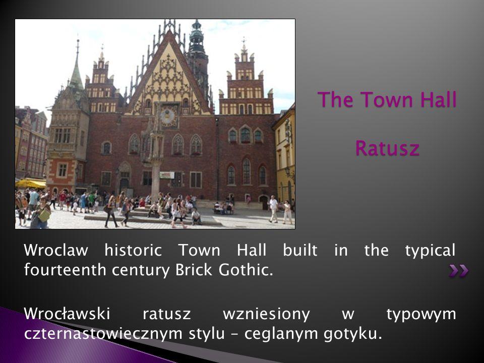 Wroclaw historic Town Hall built in the typical fourteenth century Brick Gothic. Wrocławski ratusz wzniesiony w typowym czternastowiecznym stylu – ceg