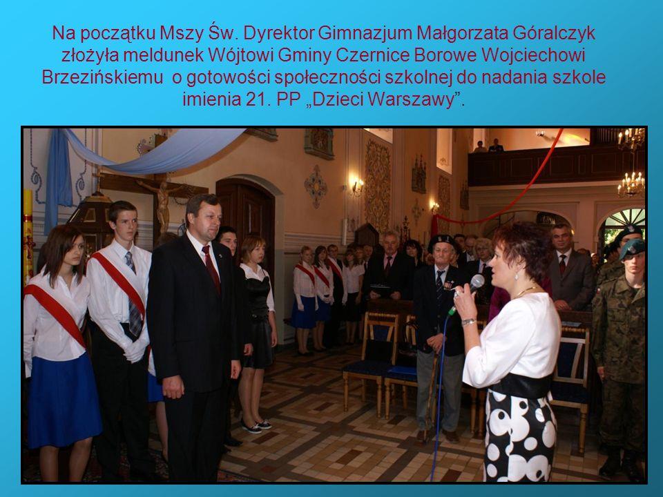 Na początku Mszy Św. Dyrektor Gimnazjum Małgorzata Góralczyk złożyła meldunek Wójtowi Gminy Czernice Borowe Wojciechowi Brzezińskiemu o gotowości społ