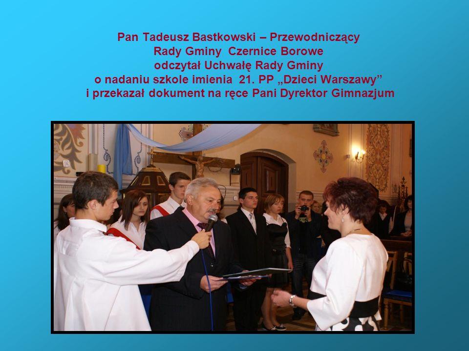 Pan Tadeusz Bastkowski – Przewodniczący Rady Gminy Czernice Borowe odczytał Uchwałę Rady Gminy o nadaniu szkole imienia 21. PP Dzieci Warszawy i przek