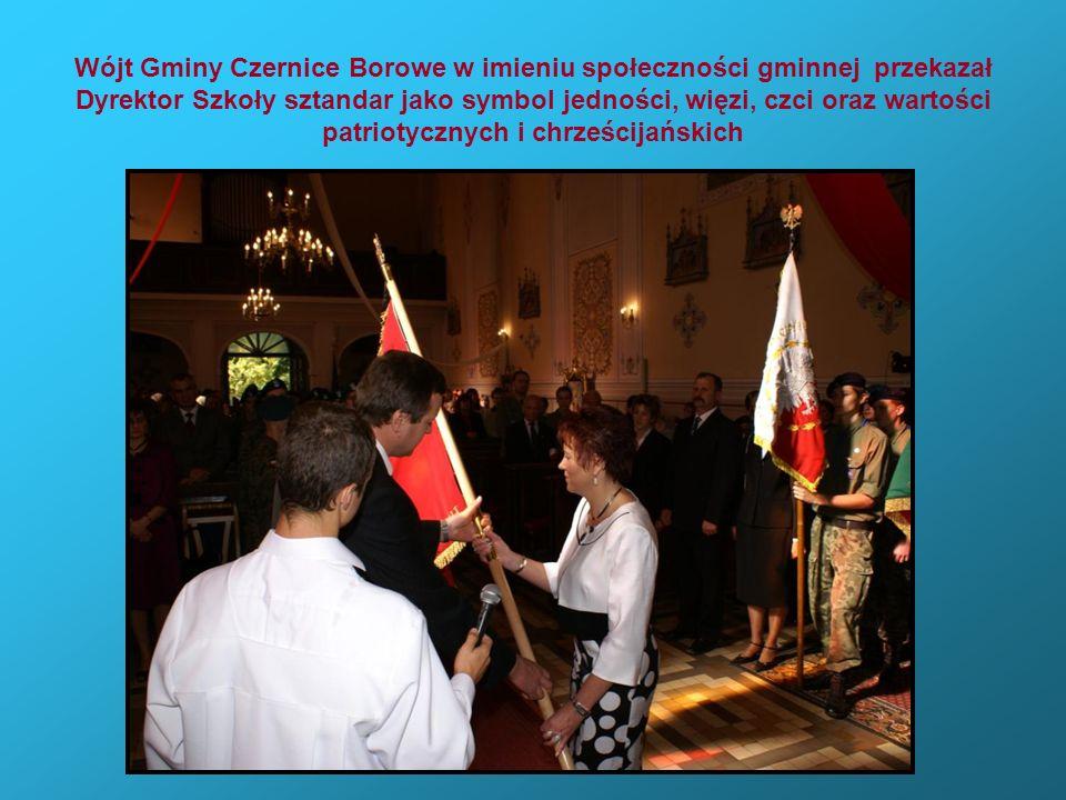 Wójt Gminy Czernice Borowe w imieniu społeczności gminnej przekazał Dyrektor Szkoły sztandar jako symbol jedności, więzi, czci oraz wartości patriotycznych i chrześcijańskich