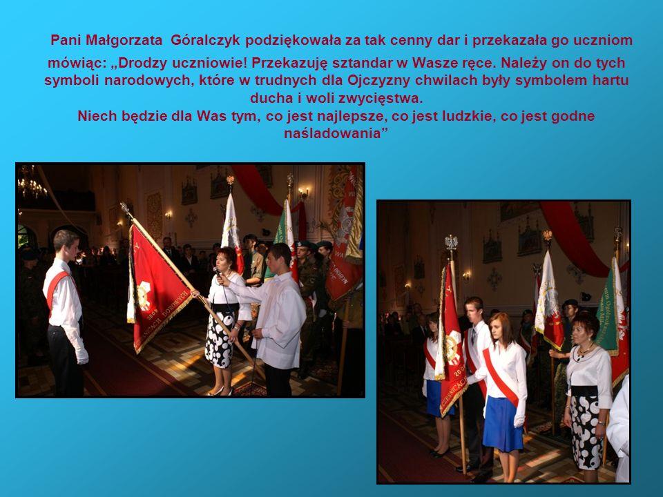 Pani Małgorzata Góralczyk podziękowała za tak cenny dar i przekazała go uczniom mówiąc: Drodzy uczniowie! Przekazuję sztandar w Wasze ręce. Należy on