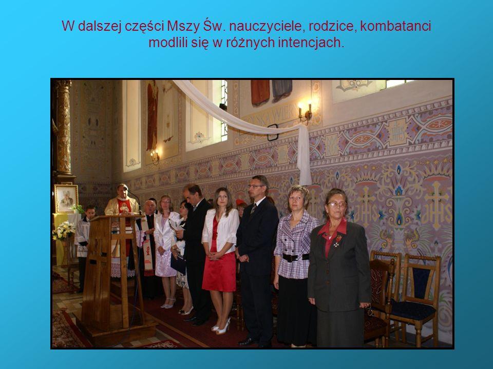 W dalszej części Mszy Św. nauczyciele, rodzice, kombatanci modlili się w różnych intencjach.