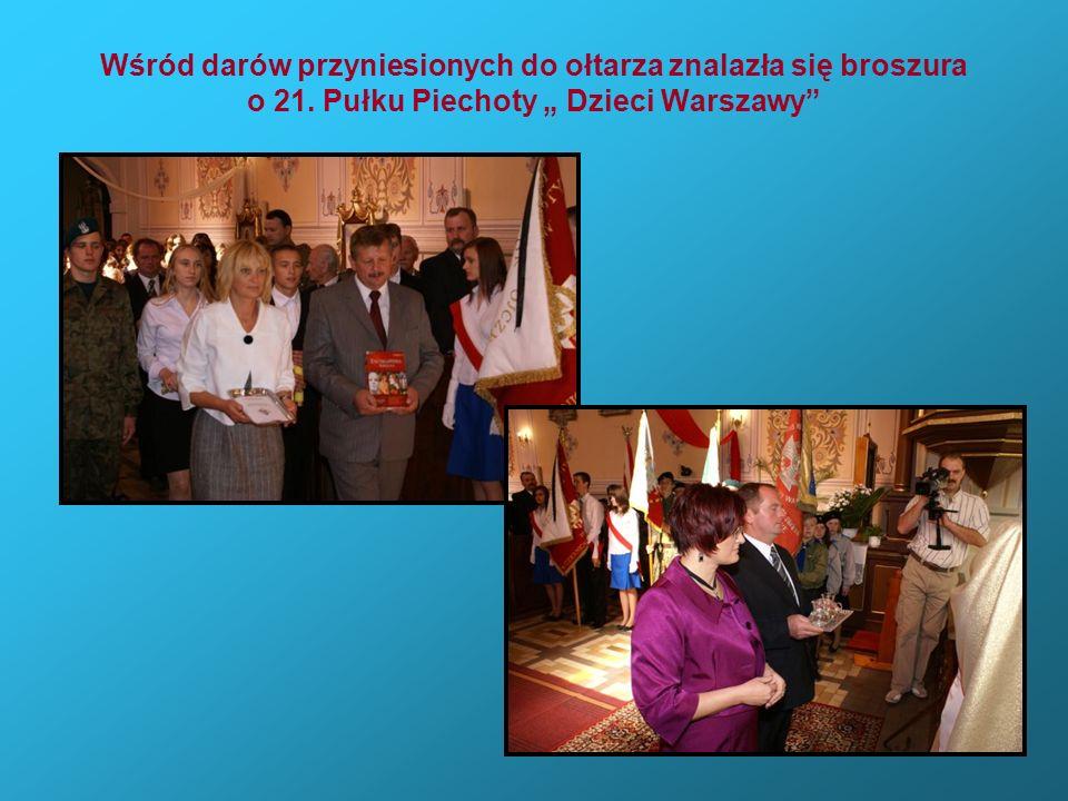Wśród darów przyniesionych do ołtarza znalazła się broszura o 21. Pułku Piechoty Dzieci Warszawy