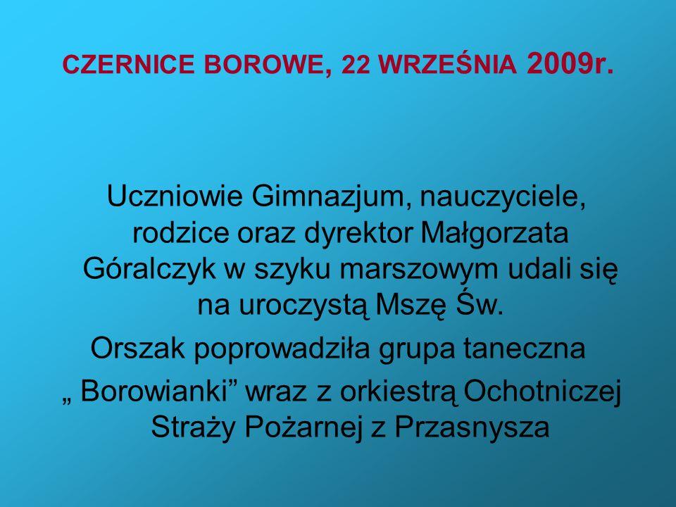 CZERNICE BOROWE, 22 WRZEŚNIA 2009r. Uczniowie Gimnazjum, nauczyciele, rodzice oraz dyrektor Małgorzata Góralczyk w szyku marszowym udali się na uroczy